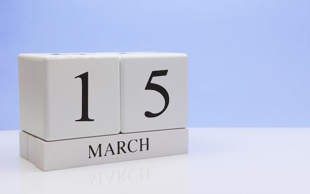 15 de março. dia 15 do mês, o calendário diário na mesa branca.