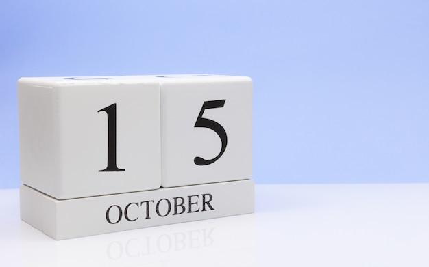 15 de outubro dia 15 do mês, calendário diário na mesa branca