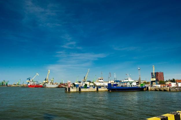 16 de agosto de 2017: klaipeda, lituânia. barcos e guindastes no porto de klaipeda.