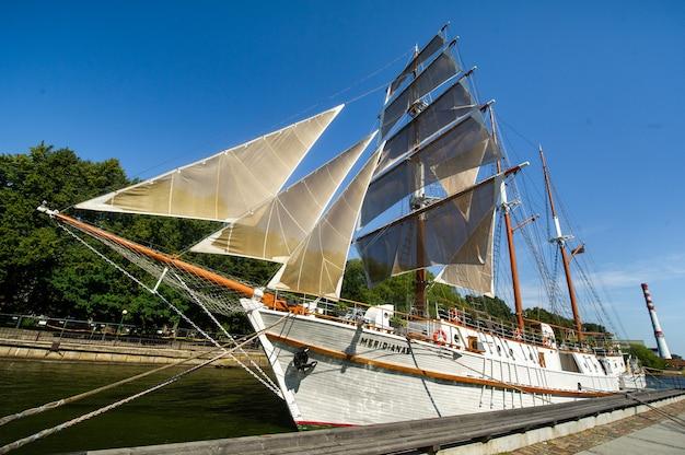 16 de agosto de 2017, klaipeda, lituânia. grande navio meridian em klaipeda com velas em um dia de verão no rio.