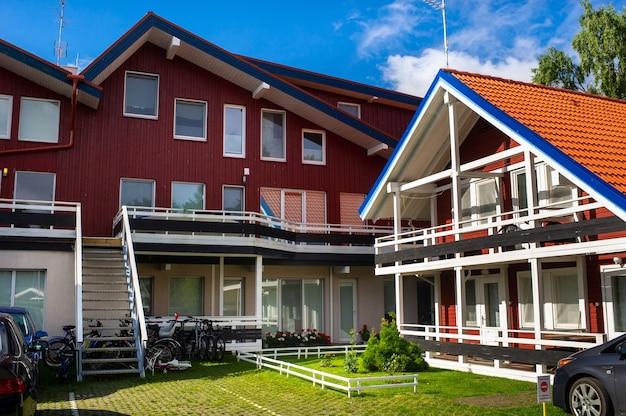 17 de agosto de 2017 vila de pervalka, lituânia, antiga casa de madeira tradicional lituana na aldeia.