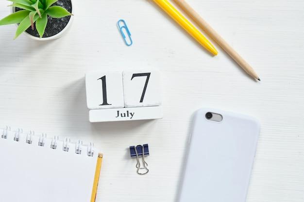 17 de julho, décimo sétimo dia mês calendário conceito em blocos de madeira.