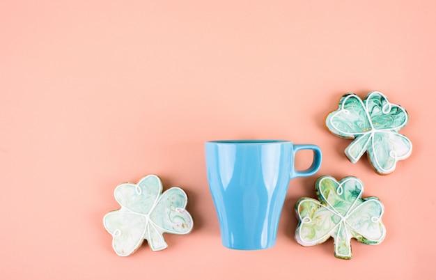 17 de março é o dia de são patrício. composição do pão-de-espécie doce e do copo azul em um fundo claro. um lugar para texto.