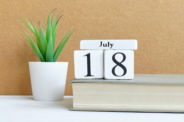 18 de julho conceito do calendário do mês do décimo oitavo dia em blocos de madeira.