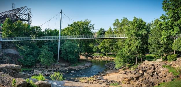 18 de julho de 2020 greenville, carolina do sul, eua a ponte da liberdade em falls park