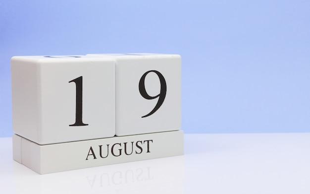 19 de agosto dia 19 do mês, calendário diário na mesa branca