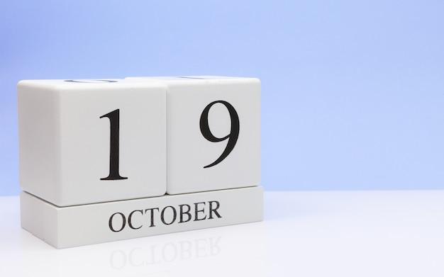 19 de outubro dia 19 do mês, calendário diário na mesa branca