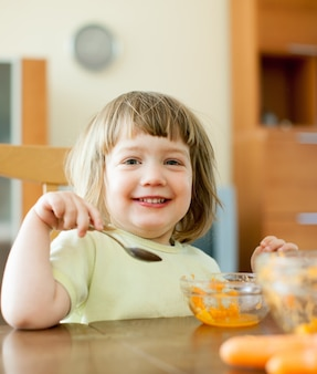 2 anos de criança come salada de cenoura