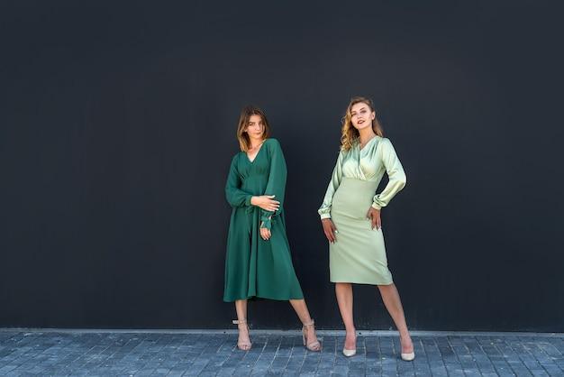 2 lindas garotas posando no verão na natureza em lindos vestidos verdes. retrato feminino