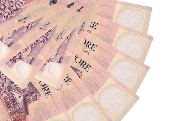 2 notas de dólares de singapura encontram-se isoladas na parede branca com espaço da cópia empilhados em forma de leque close-up. conceito de transações financeiras
