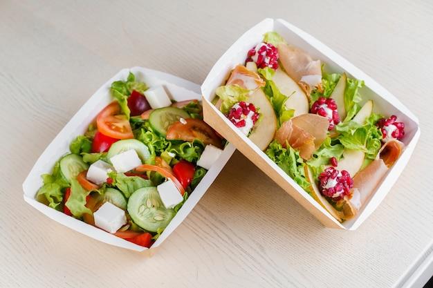 2 saladas verdes naturais em caixa térmica eco com microgreen, vitela, pepino, tomate, queijo, granada, casca. entrega segura na quarentena covid 19.