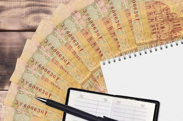 2 ventilador de notas hryvnias ucraniano e bloco de notas com livro de contatos e caneta preta