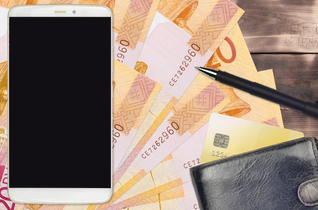 20 contas de rublos bielorrussos e smartphone com bolsa e cartão de crédito