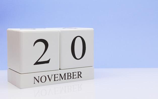 20 de novembro dia 20 do mês, calendário diário na mesa branca com reflexão