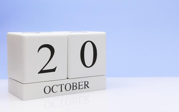 20 de outubro dia 20 do mês, calendário diário na mesa branca