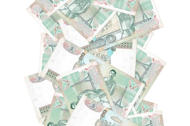 20 notas de baht tailandês voando isolado no branco. muitas notas caindo com espaço de cópia em branco no lado esquerdo e direito