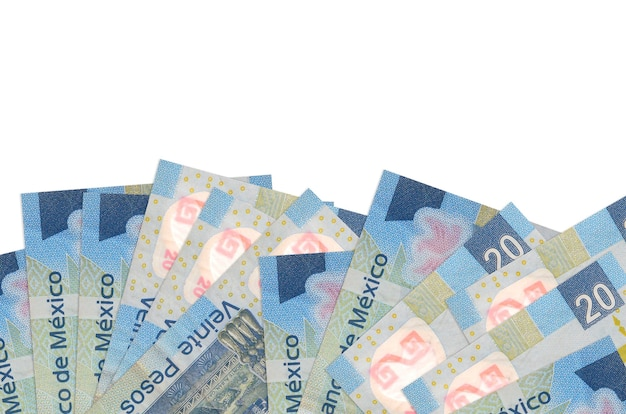 20 notas de pesos mexicanos encontram-se na parte inferior da tela, isolada na parede branca com espaço de cópia.