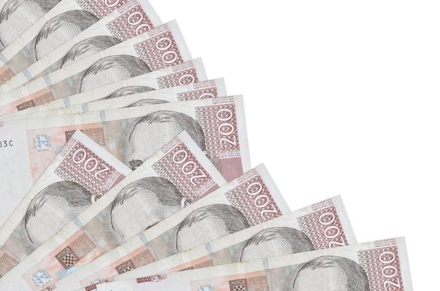 200 notas de kuna croatas encontram-se isoladas no fundo branco, com espaço de cópia empilhados em leque.