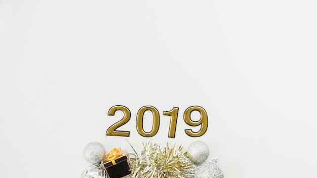2019 figuras de ano novo criando composição com decorações