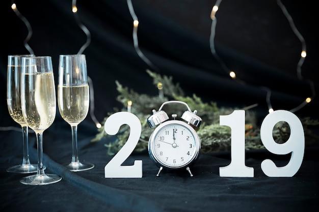 2019 inscrição com óculos na mesa