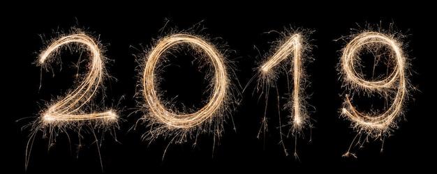 2019 sparkler light desenhada em números para feliz ano novo durante a noite para celebrar especial