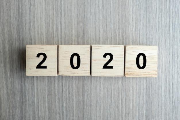 2020 ano novo cubos de madeira no fundo da tabela