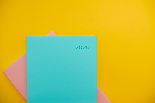 2020 blocos de notas em um fundo abstrato amarelo