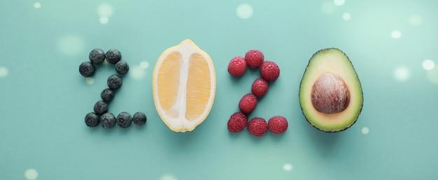 2020 feito de comida saudável em fundo pastel