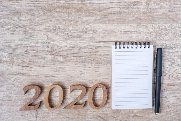 2020 feliz ano novo com caderno de papel