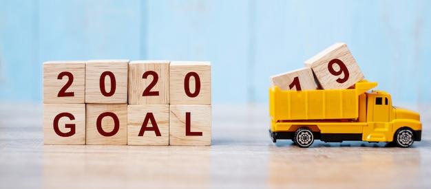 2020 feliz ano novo com caminhão em miniatura