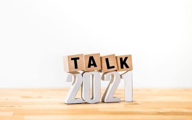 2021 conceitos de conversa ou conversa com texto no blog de madeira. negócios tendem