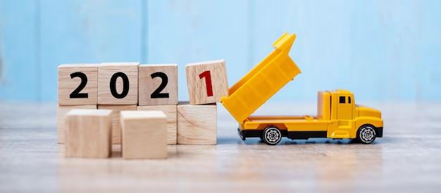2021 feliz ano novo com caminhão em miniatura