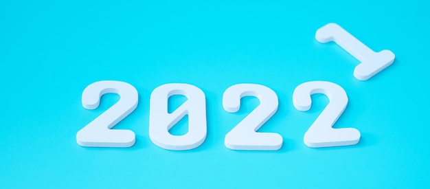2021 mude para o número 2022 em fundo azul. conceitos de planejamento, finanças, resolução, estratégia, solução, objetivo, negócios e feriado de ano novo