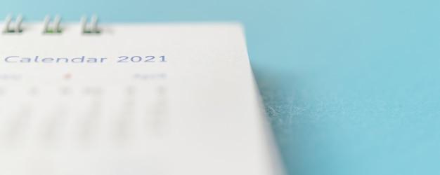 2021 página do calendário no fundo azul, planejamento de negócios, nomeação, conceito de reunião