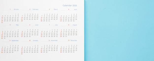 2021 página do calendário no fundo azul planejamento de negócios, nomeação, conceito de reunião
