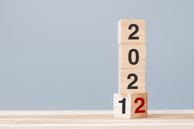 2022 blocos de cubos de madeira no fundo da mesa. conceitos de resolução, plano, revisão, meta, início e feriado de ano novo