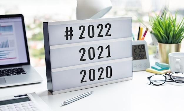 2022 celebração do ano novo com texto na mesa de luz