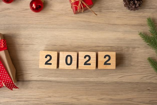 2022 feliz ano novo com decoração de natal. novo começo, resolução, metas, plano, ação e conceito de missão