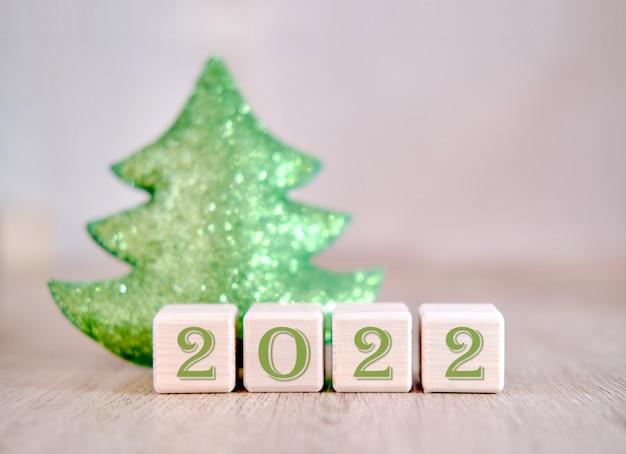 2022 palavras de texto de conceito de árvore de natal em blocos de madeira.