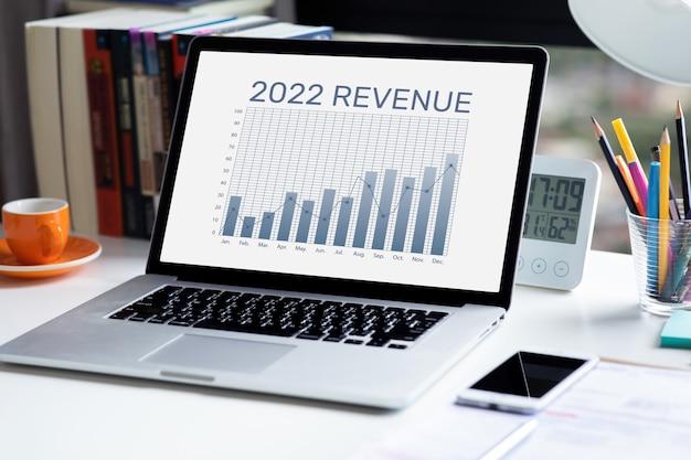 2022 texto de receita na meta de negócios de laptop. planejamento financeiro. sem pessoas