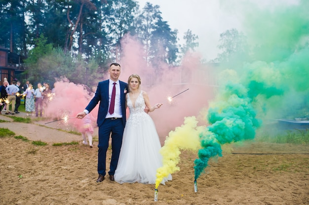 21.10.2019 rússia, são petersburgo, noiva e noivo com as bombas de fumaça coloridas de azul e amarelo
