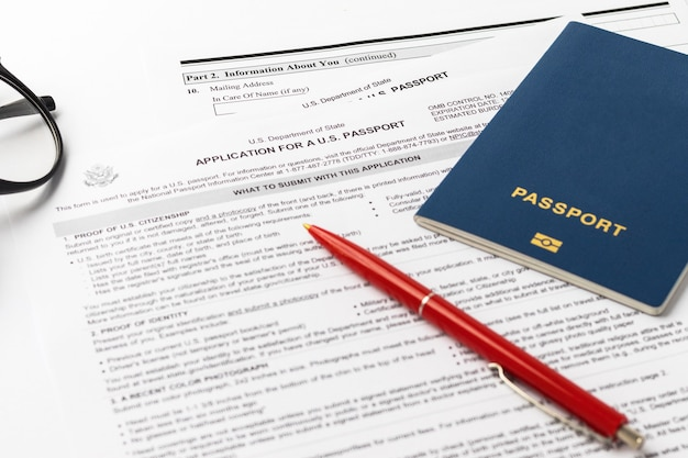 21 de setembro de 2021, eua. formulário de inscrição para obter um novo passaporte americano, caneta vermelha, óculos com fundo branco. documento dos eua. tema de negócios. foco seletivo.