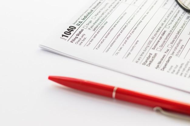 21 de setembro de 2021, eua. formulários fiscais americanos 1040 e caneta vermelha em fundo branco. documento dos eua. tema de negócios. foco seletivo.