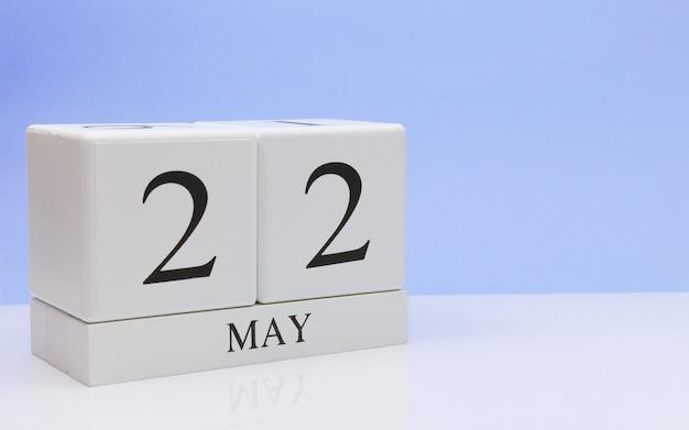22 de maio dia 22 do mês, calendário diário na mesa branca