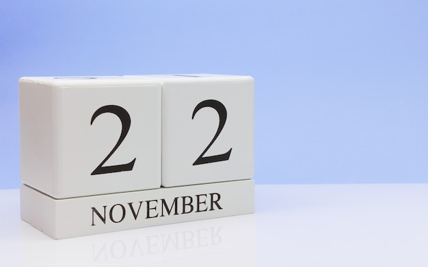 22 de novembro. dia 22 do mês, calendário diário na mesa branca com reflexão