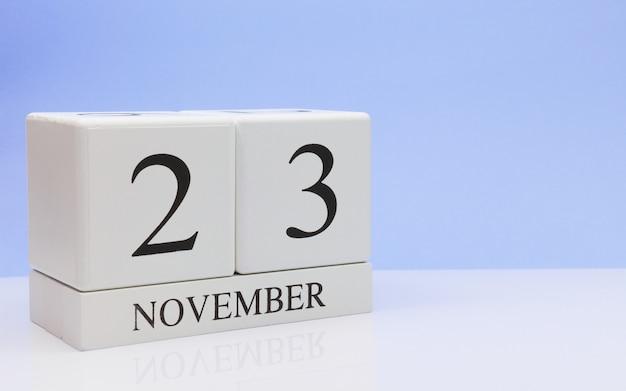 23 de novembro dia 23 do mês, calendário diário na mesa branca com reflexão