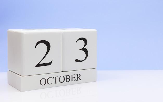 23 de outubro dia 23 do mês, calendário diário na mesa branca