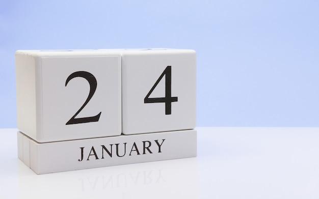 24 de janeiro. dia 24 do mês, o calendário diário na mesa branca com reflexão