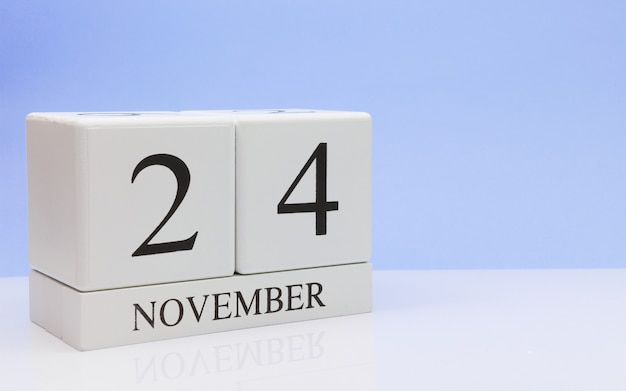 24 de novembro dia 24 do mês, o calendário diário na mesa branca com reflexão