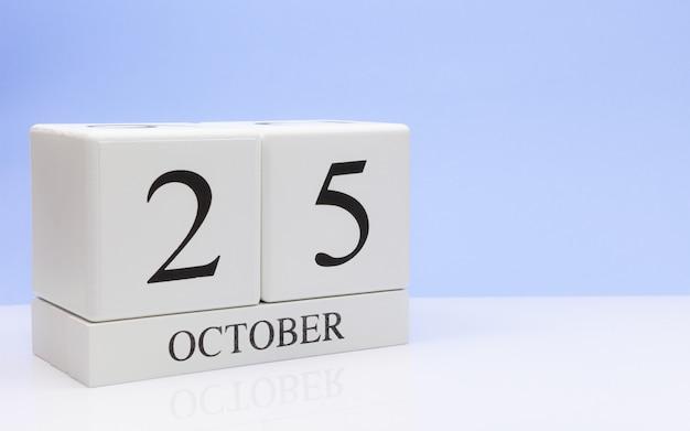 25 de outubro. dia 25 do mês, calendário diário na mesa branca